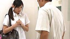 Cô gái tóc vàng đen như một kinh nghiệm, trong lớp học.