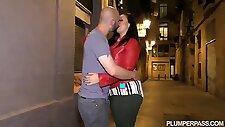 大きなおっぱいを持つ角質のブルネットは、彼女が最近会った男とハードコアセックスをしています
