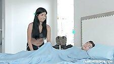 Freches Babe Karmen Santana spielt mit Stiefbruders Ständer früh am Morgen