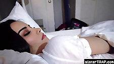 Schwester schleicht sich nachts ins Bett des Stiefbruders